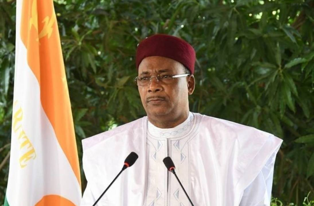 Niger President Issoufou wins African leadership prize